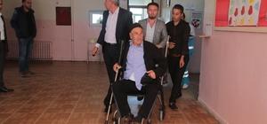 Silopi'de felçli hastalar sağlıkçıların yardımı ile oy kullandı