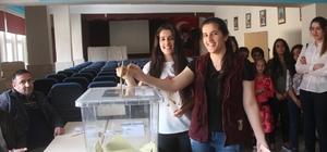 Mardinli ikizler ilk defa oy kullandı