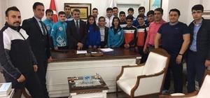 Kaymakam Özkan'dan başarılı sporculara ödül