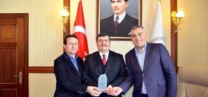 Kızılaydan, Vali Arslantaş'a kan bağışı desteği için teşekkür plaketi