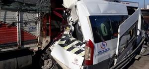 Kamyonla servis aracı çarpıştı: 5 yaralı