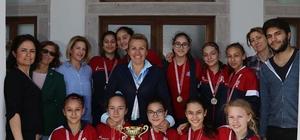 Şampiyon kızlar sevincini Başkan Uyar ile paylaştı