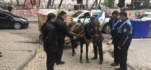 Trafiği tehlikeye atan at arabaları toplandı