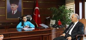Vali Karahan koltuğunu öğrenciye devretti