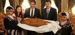 Barış çocuklarından Vali Şahin'e barış ekmeği