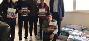 Kitap satarak öğrencilere kitap alıyorlar