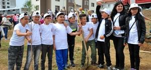 Ünlü yönetmen Çağan Irmak Seferihisar'da miniklerle ağaç dikti