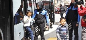 Polis ve üniversitelilerden çocuklara 23 Nisan hediyesi