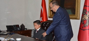 Vali Canbolat, koltuğunu ilkokul öğrencisine devretti