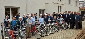 Minik hafız adaylarının bisiklet sevinci