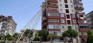 Evin balkonuna yüksek gerilim hattı direği devrildi