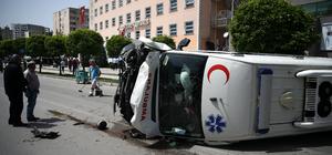 Otomobillere çarpan ambulans devrildi: 4 yaralı