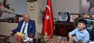 Başkan Kocamaz'ın koltuğuna minik Mete oturdu