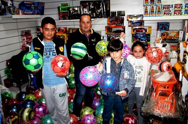 Sarıgöllü esnaftan çocuklara ücretsiz top