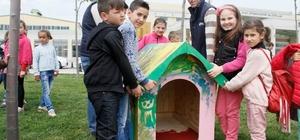 Çocuklar sokak hayvanları için kulübe boyadılar