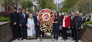 Malatya CHP'da 23 Nisan kutlaması Atatürk Anıtına çelenk sundu