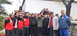 Bileciksporlu oyuncular zorlu Vitraspor maçı öncesi Şeyh Edebali Türbesini ziyaret etti