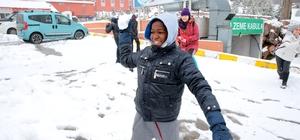 """İlk defa """"kar"""" görmenin mutluluğunu yaşadılar"""