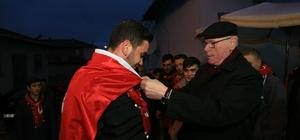 Başkan Kurt asker uğurladı, vatandaşlarla birlikte karşılıklı kaşık havası oynadı