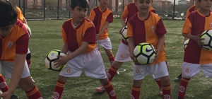 Ağrı'da Galatasaray Futbol Okulu minikleri sevindirdi