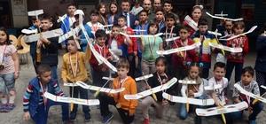 Maket uçak yapan çocuklara madalya
