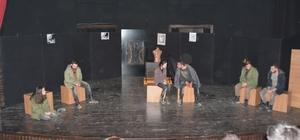 Düzce Üniversitesi Öğrencilerinden etkileyici bir tiyatro gösterisi