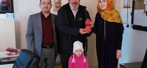 Milletvekili Nazlı'dan '30 kuş' şiirini seslendiren öğrenciye hediye
