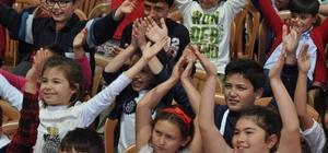 Buharkentli çocuklar kukla ve balon gösterileri ile eğlendi