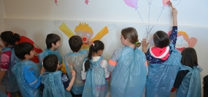 Ihlamurkent Halk Merkezinin duvarına çocuklardan sevgi ağacı