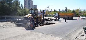Belediye bozuk yollarda asfalt çalışmasını sürdürüyor