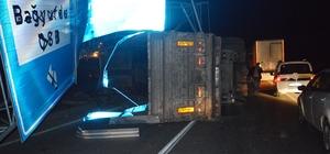 Damperi açık kalan kamyon trafik levhalarına çarptı