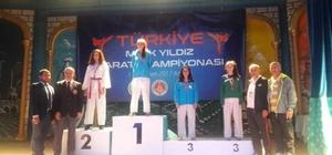 Kartepeli karateciler, şampiyonadan madalyalarla döndü