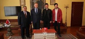 Vali Gül'e öğrenciler valilik maketi hediye etti