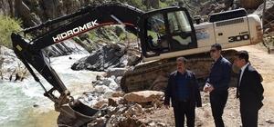 Selden zarar gören yollar onarılıyor