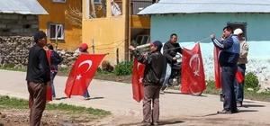 Türk Bayraklarıyla şehit için asıldı