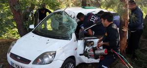 Otomobilde sıkışan hamile kadın kurtarıldı