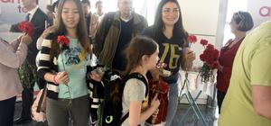 Rus turistler karanfillerle karşılandı