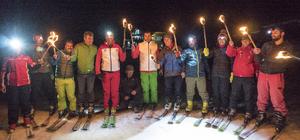 Hakkari'de meşaleli kayak gösterisi
