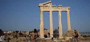 Apollon Tapınağı turistlerin ilgisini çekiyor