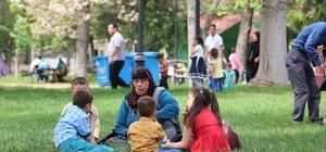 Sıcak havayı fırsat bilen Gaziantepliler parklara koştu