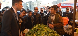 Başkan Vekili Akhan'dan pazar esnafına ziyaret