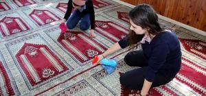 Üniversitelilerden gönüllü cami temizliği