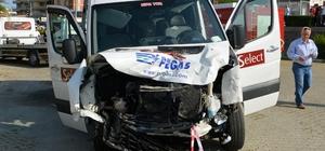 Antalya'da minibüsle otomobil çarpıştı: 1 ölü, 4 yaralı