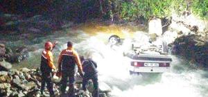Dereye devrilen otomobildeki yaralı sürücü kurtarıldı