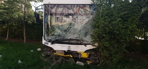 Kamyonetle çarpışan belediye otobüsü site bahçesine girdi