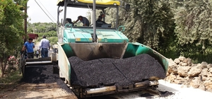 Erdemli'de sıcak asfalt çalışmaları devam ediyor