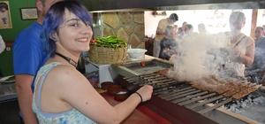 Slovakya ve Slovenyalı öğrenciler Kozan'da Adana kebabı pişirdi
