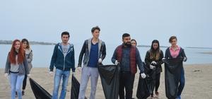 Öğrenciler Karasu Sahili'nde çöp topladı
