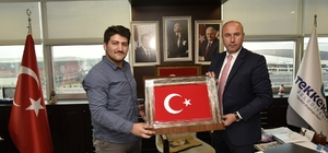 15 Temmuz gazisinden Başkan Togar'a nakış işlemeli Türk bayrağı tablosu
