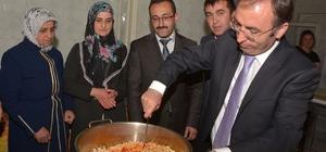 Başkan Vekili Akgül kilim dokuyup yemek pişirdi